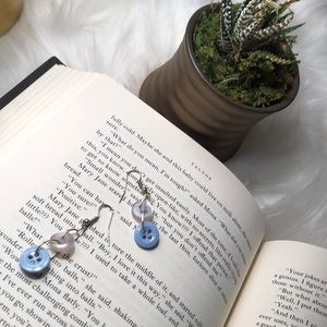 Jewelry - Blue and white button dangle earrings